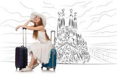 De jonge vrouw die naar Spanje reizen om sagrada familia te zien Stock Foto