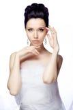 De jonge vrouw die op witte studioachtergrond wordt geïsoleerd kleedde zich in de kaap van organza Royalty-vrije Stock Fotografie