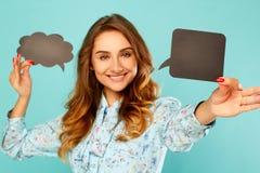 De jonge vrouw die twee houden de lege gedachte hierboven hij borrelt leidt over Royalty-vrije Stock Foto's