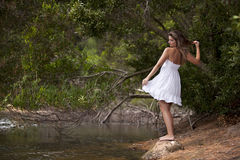 De jonge vrouw die van de schoonheid van aard geniet Stock Afbeelding