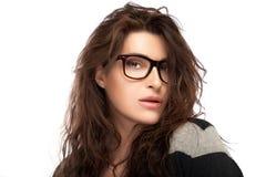 De Jonge Vrouw die van de schoonheidsmanier In Glazen dragen Koel In E Stock Afbeeldingen