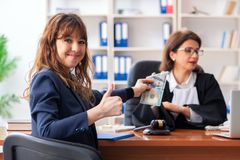 De jonge vrouw die vrouwelijke advocaat bezoekt stock afbeelding