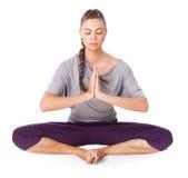 De jonge vrouw die yogaasana Verbindende Hoek doen stelt Stock Afbeeldingen