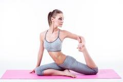 De jonge vrouw doet yoga Royalty-vrije Stock Afbeelding