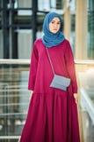 De jonge Vrouw draagt Modieuze Traditionele Arabische Kleding Godsdienst en Manier stock afbeeldingen