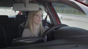 De jonge vrouw drijft de auto op een aardige dag stock video