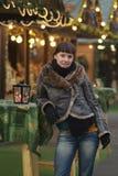 de jonge vrouw drinkt glogg stock afbeelding