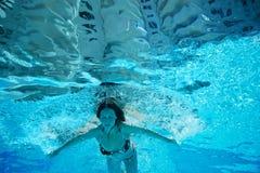 De jonge vrouw duikt onderwater Royalty-vrije Stock Fotografie
