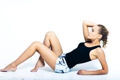 De jonge vrouw is een model stock afbeelding