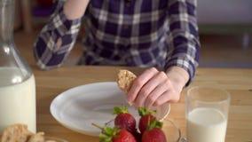 De jonge vrouw eet brood voor breakfastWholesome ontbijt stock footage