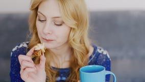De jonge vrouw eet snoepjes, close-up stock video