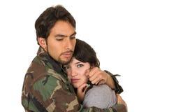 De jonge vrouw en de militair in militaire eenvormig zeggen Royalty-vrije Stock Afbeeldingen