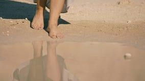 De jonge vrouw gaat voorzichtig het meerwater in lichaamsdeel, stock video