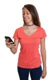 De jonge vrouw is gelukkig over een bericht op telefoon Royalty-vrije Stock Foto
