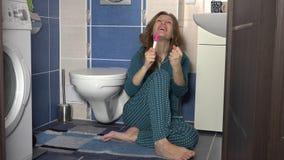 De jonge vrouw is gelukkig over het resultaat van zwangerschapstest en toont het aan camera stock footage