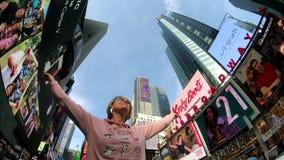 De jonge vrouw is gelukkig van het zijn in Times Square stock video