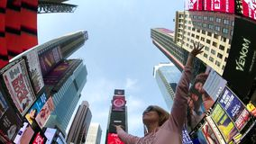 De jonge vrouw is gelukkig van het zijn in Times Square stock videobeelden