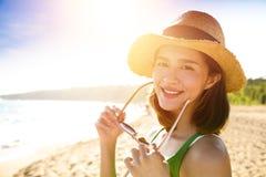De jonge vrouw geniet de zomer van vakantie op het strand royalty-vrije stock afbeeldingen