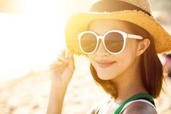 De jonge vrouw geniet de zomer van vakantie op het strand royalty-vrije stock afbeelding