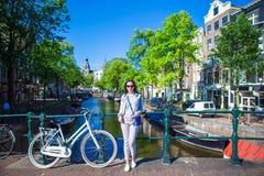De jonge vrouw geniet van Europese vakantie in Amsterdam Royalty-vrije Stock Afbeelding