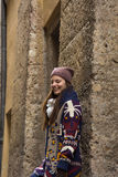 De jonge vrouw geniet van het leven in een historische stad Stock Afbeelding