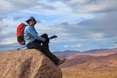 De jonge vrouw geniet van overweldigend meningen van Ijslands landschap Stock Foto's