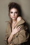 De jonge vrouw in geul cout met avond maakt omhoog en kapsel royalty-vrije stock fotografie