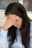 De jonge vrouw heeft zorgen en is wanhopig Stock Fotografie