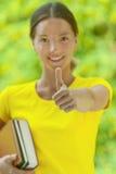 De jonge vrouw heft naar omhoog duim op Stock Fotografie