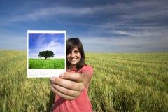 De jonge vrouw het glimlachen film van holdings enige polaroid Royalty-vrije Stock Foto
