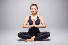 De jonge vrouw het praktizeren perfecte yoga of de lotusbloem stelt Royalty-vrije Stock Afbeeldingen