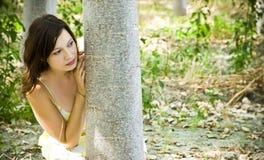 De jonge vrouw het spelen huid - en - zoekt Stock Afbeelding