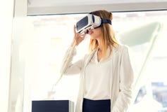 De jonge vrouw houdt 3D glazen in de opslag Royalty-vrije Stock Afbeelding