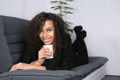 De jonge vrouw houdt een kop royalty-vrije stock foto