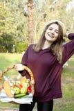 De jonge vrouw houdt een picknickmand royalty-vrije stock foto's