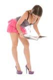 De jonge vrouw houdt en leest boek Stock Foto's