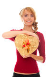 De jonge vrouw houdt in handen gouden giftdoos als hart Stock Afbeelding
