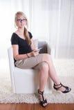 De jonge vrouw houdt van ontvangend Euro Royalty-vrije Stock Foto