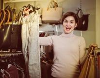 De jonge vrouw kiest comfortabele jeans Stock Foto