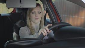 De jonge vrouw kijkt als zij geniet van de autorit stock footage