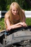 De jonge vrouw kijkt onder een kap. stock afbeeldingen