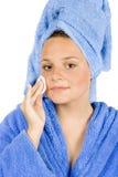 De jonge vrouw kleedde de blauwe samenstelling van de badjasverwijdering Royalty-vrije Stock Afbeelding