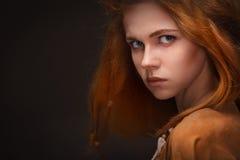 De jonge vrouw kleedde zich als Amazonië Royalty-vrije Stock Afbeelding