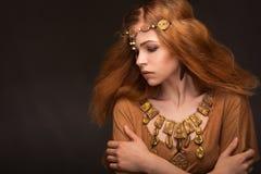 De jonge vrouw kleedde zich als Amazonië Stock Foto's