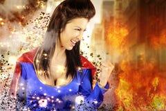 De jonge vrouw kleedde zich als superhero Royalty-vrije Stock Foto's