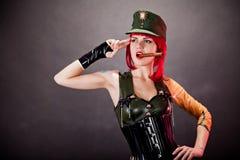 De jonge vrouw kleedde zich in militair stijllatex Stock Afbeeldingen