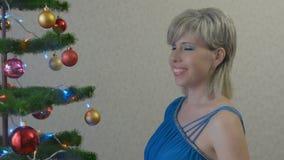De jonge vrouw kleedt de Kerstboom stock video