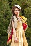 De jonge vrouw in kleren van 18 eeuwen Stock Foto
