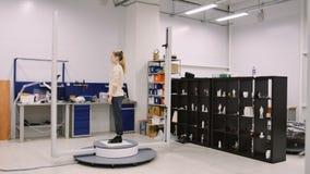 De jonge vrouw komt een 3D aftasten van haar in onderzoeklaboratorium maken stock footage