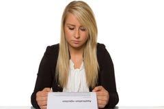 De jonge vrouw kreeg een sollicitatieverwerping verbaasde blikken Stock Foto